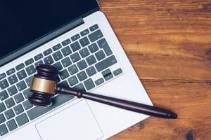 ordinateur portable avec un marteau de juriste