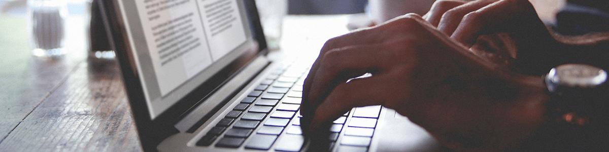 main sur le clavier d'un ordinateur portable